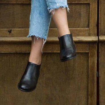 Botines bajos negros para mujer Astrud Black hechos a mano en España por Beatnik Shoes