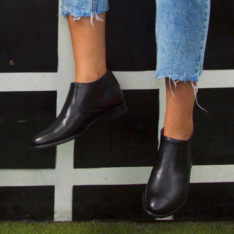 Bota baja negra para mujer Astrud Black hecha a mano en España por Beatnik Shoes