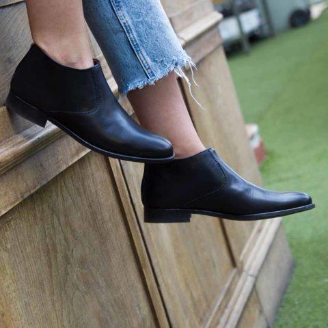 Botín negro de tacón bajo para mujer Astrud Black hecho a mano en España por Beatnik Shoes