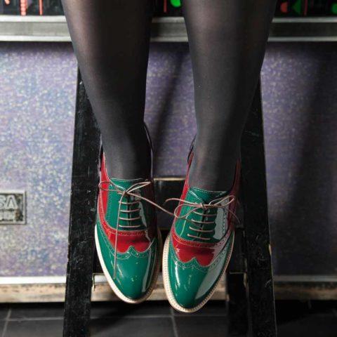 Zapato para mujer de cordones Oxford bicolor verde y rojo en piel charol Lena GoR Hecho a mano en España por Beatnik Shoes