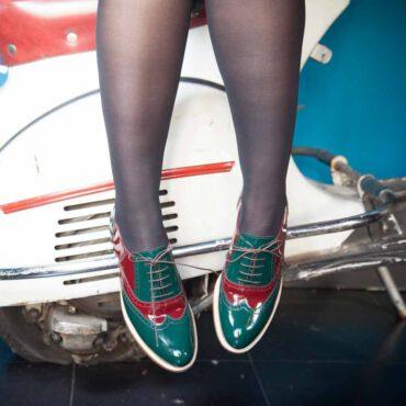Zapato para mujer con cordones Oxford bicolor verde y rojo en piel charol Lena GoR Hecho a mano en España por Beatnik Shoes