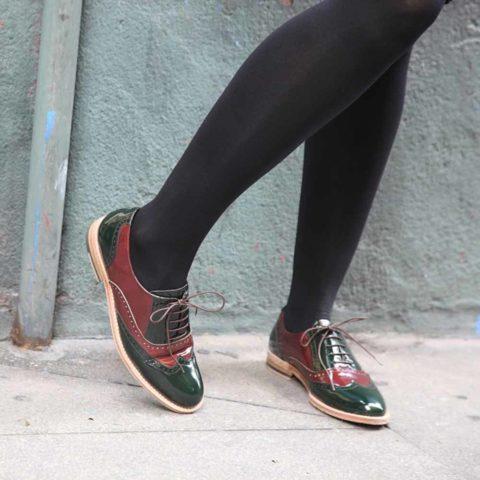 Zapato plano para mujer con cordones estilo Oxford bicolor verde y rojo en piel charol Lena GoR Hecho a mano en España por Beatnik Shoes