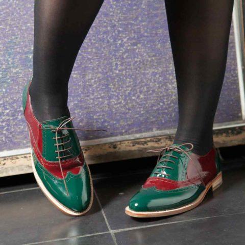 Zapato bajo para mujer con cordones estilo Oxford bicolor verde y rojo en piel charol Lena GoR Hecho a mano en España por Beatnik Shoes