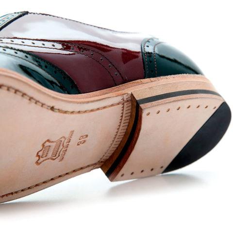 zapato Oxford de corones para mujer Hecho a mano en España en piel acharolada verde y roja por Beatnik shoes