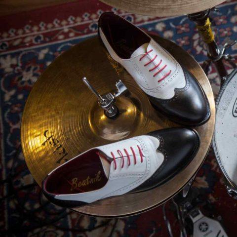 Zapato brogue de cordones estilo Oxford de mujer bicolor blanco y negro  Lena BW por Beatnik Shoes