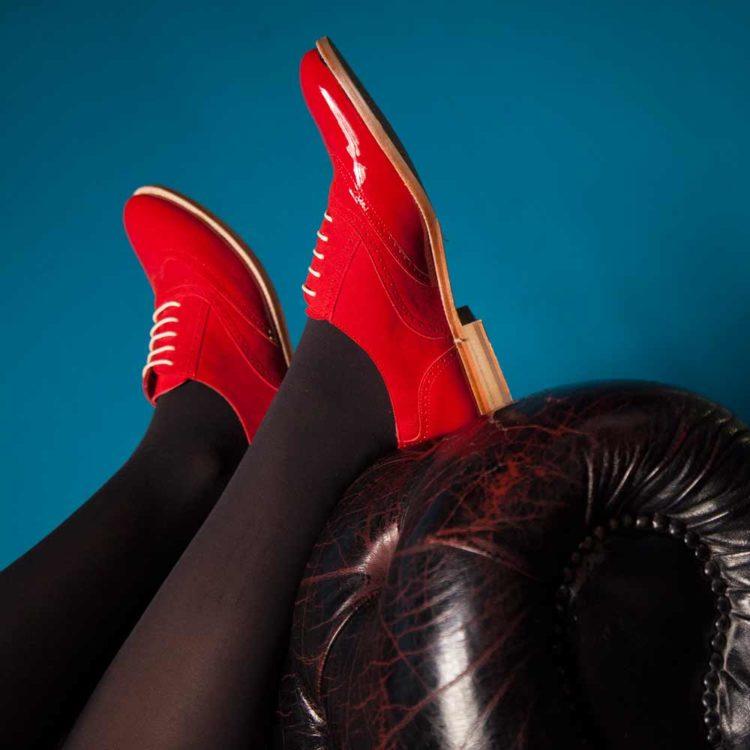 Zapato brogue estilo Oxford rojo para mujer en charol y ante Lena Too red por Beatnik Shoes