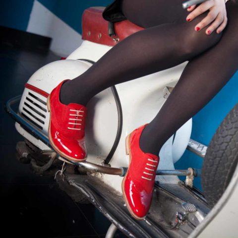Zapato de cordones Oxford rojo para mujer en charol y ante Lena Too red por Beatnik Shoes