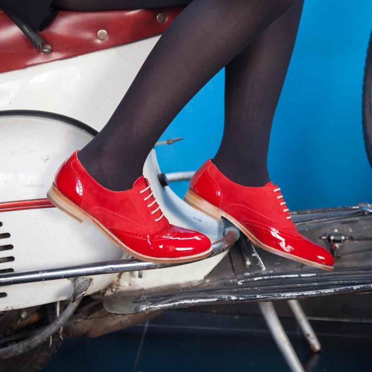 Zapato de cordones Oxford rojo para mujer en charol y ante Lena Too red hecho a mano en España por Beatnik Shoes