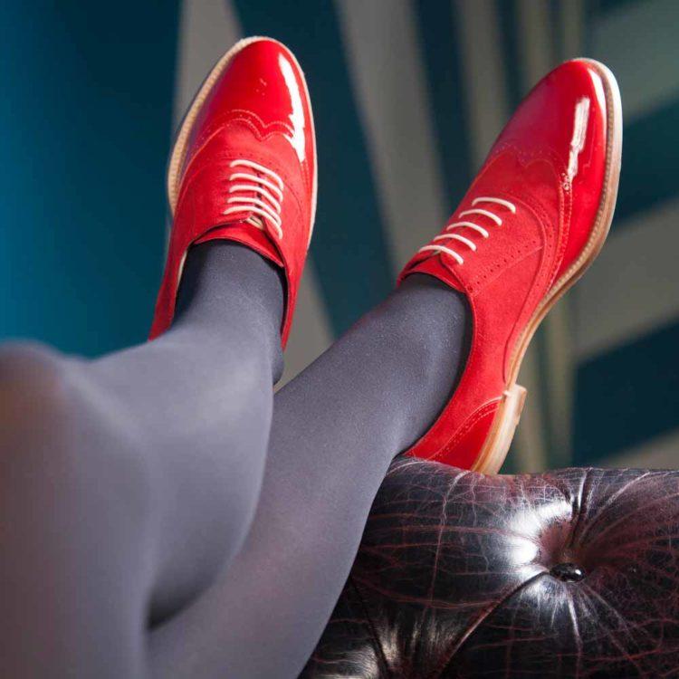 Zapato estilo Oxford rojo para mujer en charol y ante Lena Too red por Beatnik Shoes