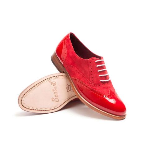Zapato rojo de cordones para mujer Hecho a mano en España en ante y piel charol