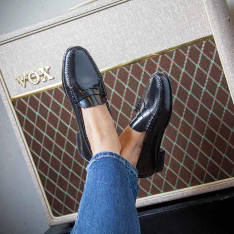 Mocasines negros clásicos de mujer Fontella hechos a mano en España por Beatnik Shoes