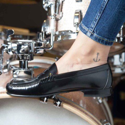 Mocasines negros con antifaz de mujer Fontella hechos a mano en España por Beatnik Shoes