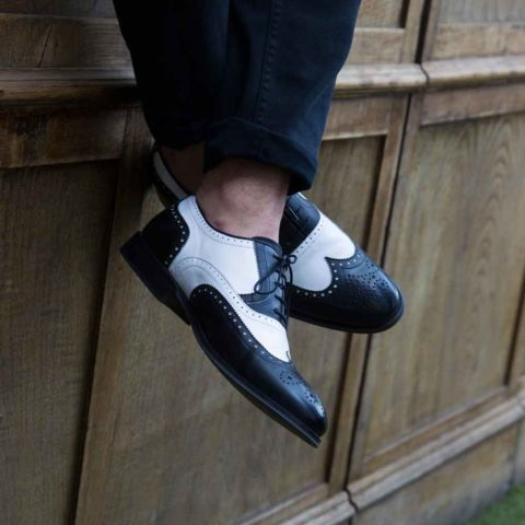Zapato Oxford brogue bicolor blanco y negro de hombre en piel de becerro hecho a mano en España por Beatnik Shoes