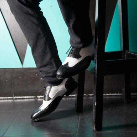 Zapato brogue Oxford bicolor blanco y negro de hombre en piel de becerro hecho a mano en España por Beatnik Shoes