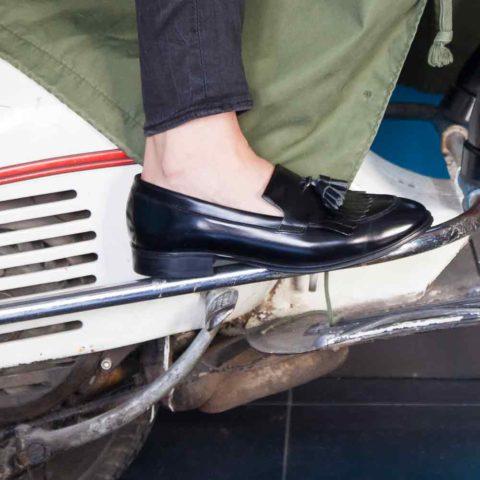 Mocasín negro de borlas para mujer Tammi Black hecho a mano en España por Beatnik Shoes