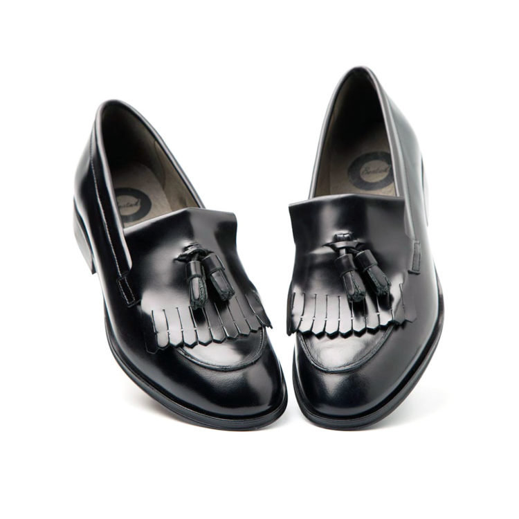 Black leather moccasins for women. Handmade in Spain by Beatnik Shoes