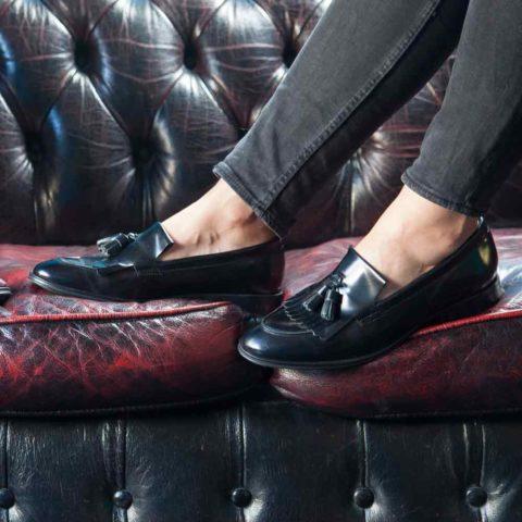 Mocasines negros de borlas para mujer Tammi Black hechos a mano en España por Beatnik Shoes