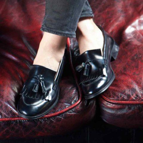 Zapatos castellanos negros de borlas para mujer Tammi Black hechos a mano en España por Beatnik Shoes