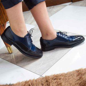 Zapato estilo Oxford de cordones bicolor azul y negro de mujer Ethel Black and blue por Beatnik Shoes