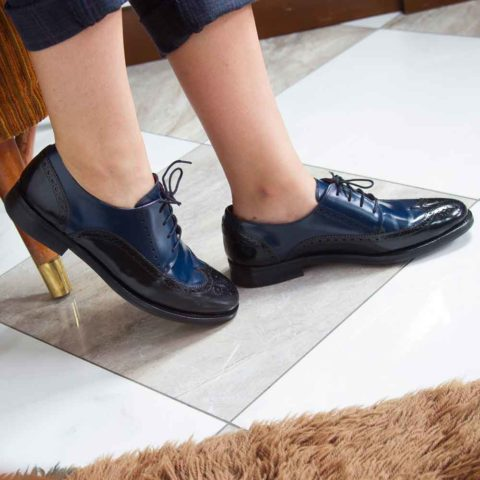 Zapato Blucher de cordones bicolor azul y negro de mujer Ethel Black and blue por Beatnik Shoes