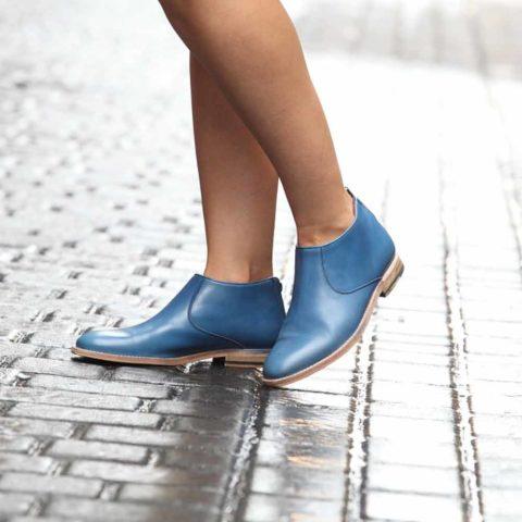 Botines de tacón bajo para mujer Astrud Blue hechas a mano en España en piel de becerro azul por Beatnik Shoes