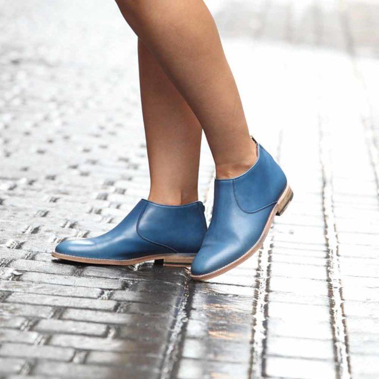 Botín azul de tacón bajo para mujer Astrud Blue hecho a mano en España en piel de becerro azul por Beatnik Shoes