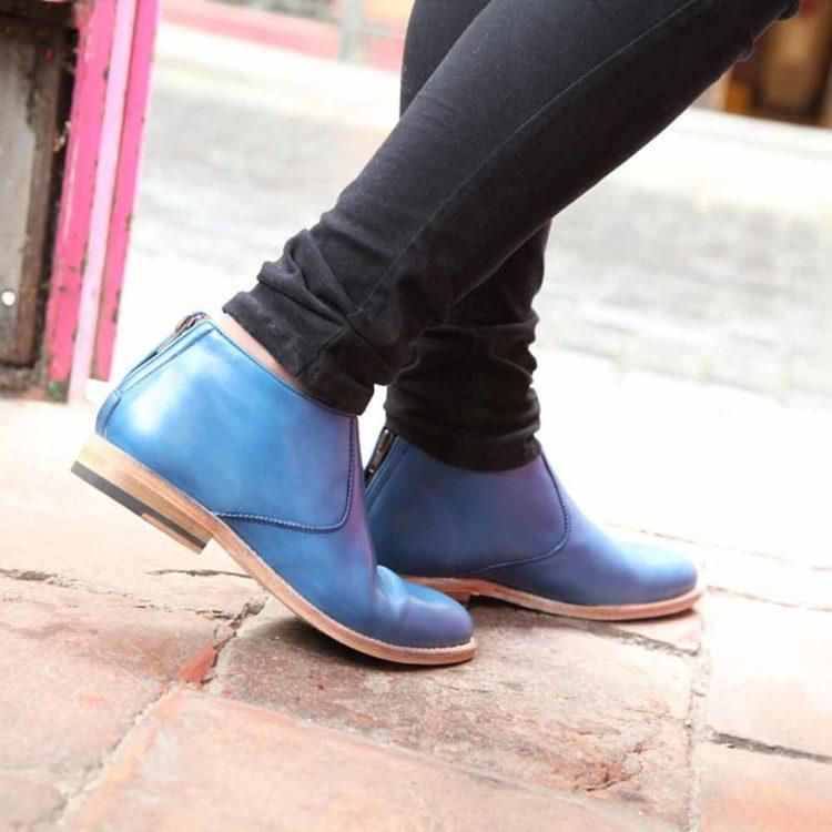 Botas de tacón bajo para mujer Astrud Blue hechas a mano en España en suave piel de becerro azul por Beatnik Shoes