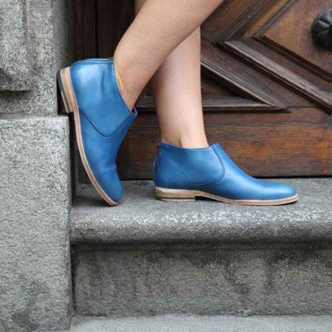 Bota de diseño con cremallera de tacón bajo para mujer Astrud Blue hecha a mano en España en suave piel de becerro azul por Beatnik Shoes