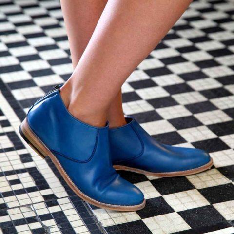 Botines de diseño con tacón bajo para mujer Astrud Blue hechos a mano en España en suave piel de becerro azul por Beatnik Shoes