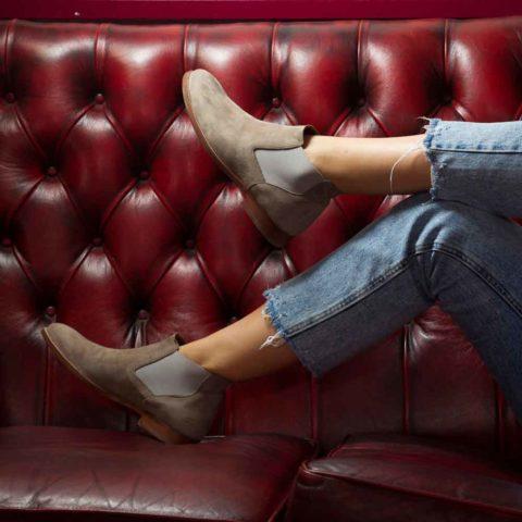 Botín Chelsea de mujer en ante gris Ella nude hecho a mano en España por Beatnik Shoes