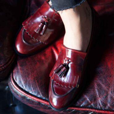 Castellanos burdeos de mujer con borlas Tammi Red por Beatnik Shoes