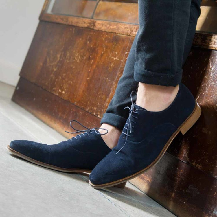 Zapato estilo Oxford en ante azul para hombre Corso Blues hecho a mano en España por Beatnik Shoes