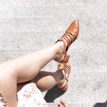Sandalia cangrejera marrón de tacón bajo y punta cerrada para mujer hecha a mano en España por Beatnik Francoise Peche