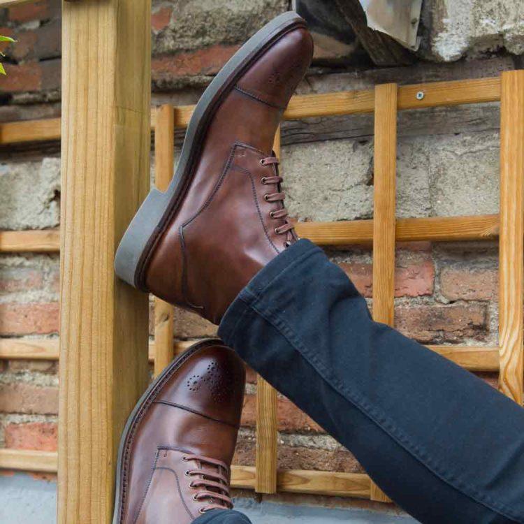 Botas brogue cap toe de cordones para hombre Truman hechas a mano en España en piel de becerro marrón por Beatnik Shoes