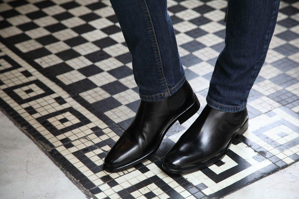 Cómo combinar unas botas formales de cuero negras para