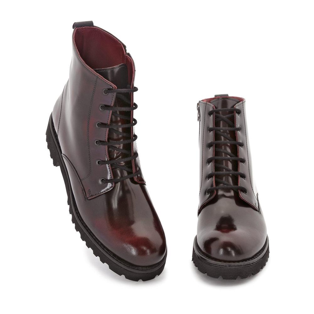 511e734f9b5 Botas en piel roja y cordones para mujer de estilo militar inglés Joan.  Hechas a. Botas en piel roja y cordones para mujer de estilo militar inglés  Joan.