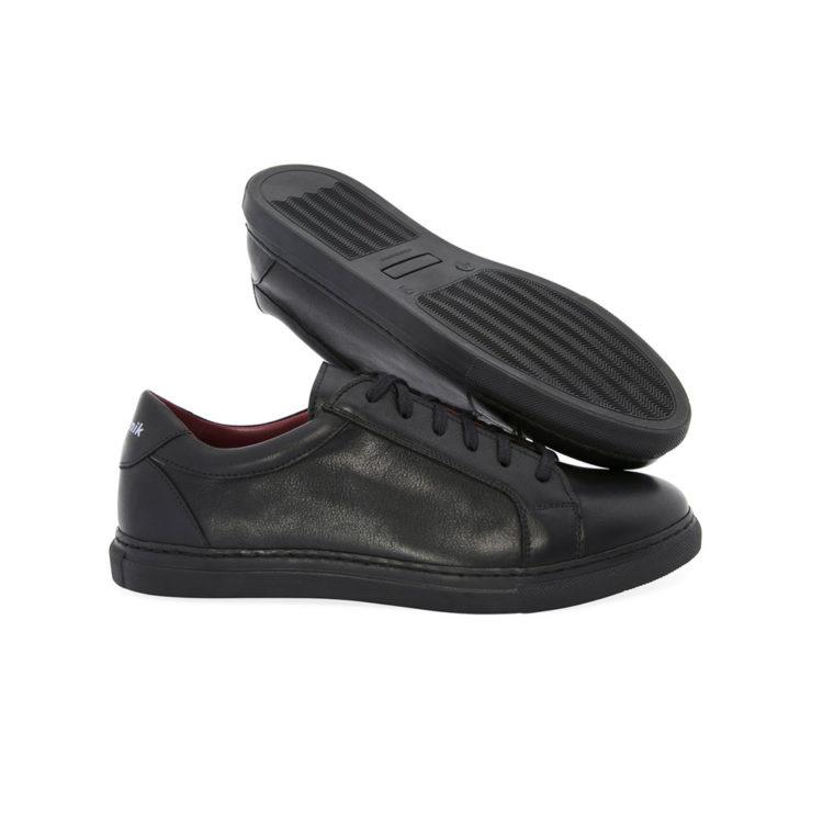 Zapatillas negras de piel para hombre y mujer Harper Black hechas a mano en España por Beatnik Shoes