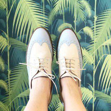 Blucher bicolor azul y beige para mujer Ethel Blue Cream. Hecho a mano en España por Beatnik Shoes