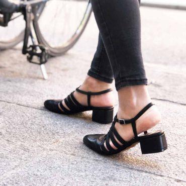 Sandalia cangrejera de piel negra para mujer de tacón bajo Françoise Noir hecha a mano en España por Beatnik Shoes