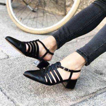 Sandalia cangrejera negra para mujer de tacón bajo Françoise Noir hecha a mano en España por Beatnik Shoes