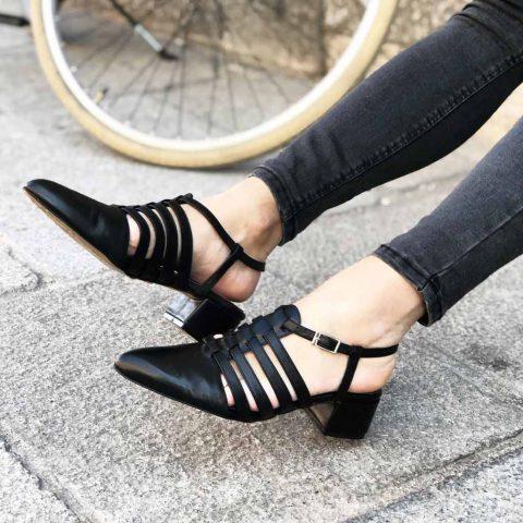 Sandalia cangrejera negra Françoise Noir hecha a mano en España por Beatnik Shoes