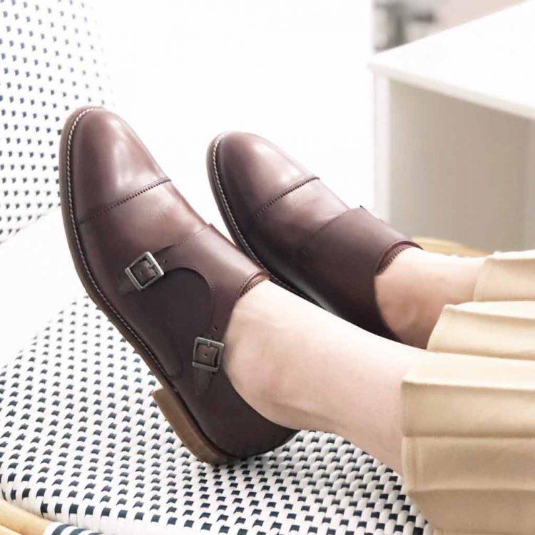 Zapato monk de dos hebillas marrón para mujer June Brown. Hecho a mano en España por Beatnik Shoes