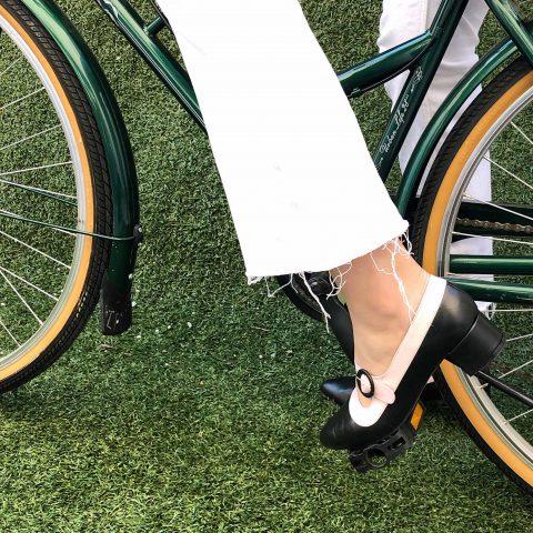 Zapatos de salón bicolor blanco y negro de tacón bajo para mujer Sylvie Black and white. Hecho a mano en España por Beatnik Shoes