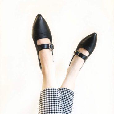 Zapato negro de salón para mujer con tacón bajo Beatnik Sylvie Black. Hecho a mano en España por Beatnik Shoes