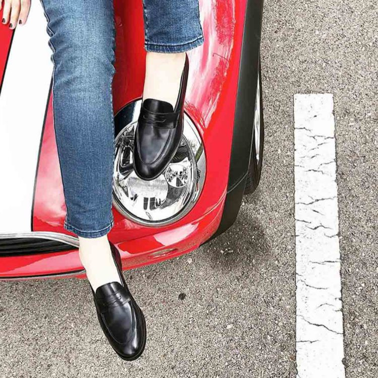 Penny loafers azules clásicos para mujer en piel hechos a mano en España por Beatnik Shoes Irma Blue