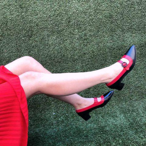 Zapato de salón con tacón medio Sylvie Black and Red. Hecho a mano en España por Beatnik Shoes