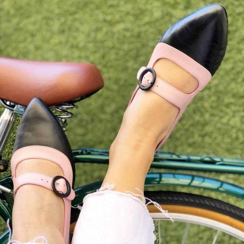 Zapato de salón bicolor con tacón medio rosa y negro Sylvie Pink & Black. Hecho a mano en España por Beatnik Shoes