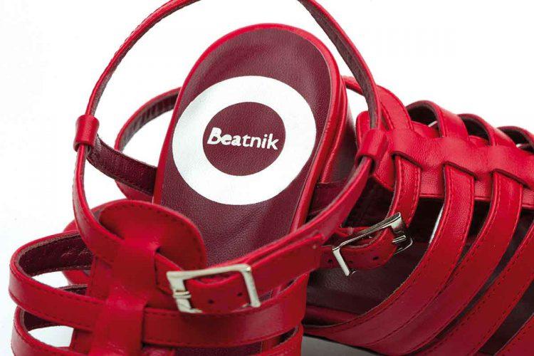 Sandalia cangrejera en piel roja para mujer con tacón medio y punta cerrada, hecha a mano en España, Beatnik Françoise Fraise