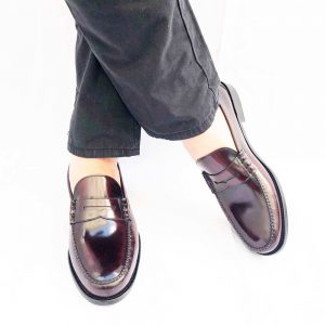 Penny loafers burdeos clásicos con antifaz para hombre en piel burdeos hechos a mano en España Beatnik Allen Red