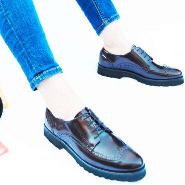 Zapato rojo de tacón bajo para mujer de cordones en estilo inglés